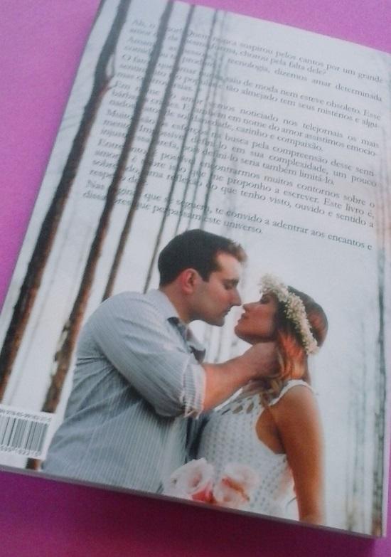 Detalhe da contra capa do livro - casal apaixonado