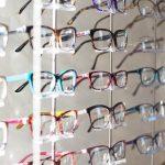 Óculos de grau e maquiagem: como não errar