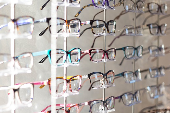 b5521a65d163f Óculos de grau e maquiagem  como não errar