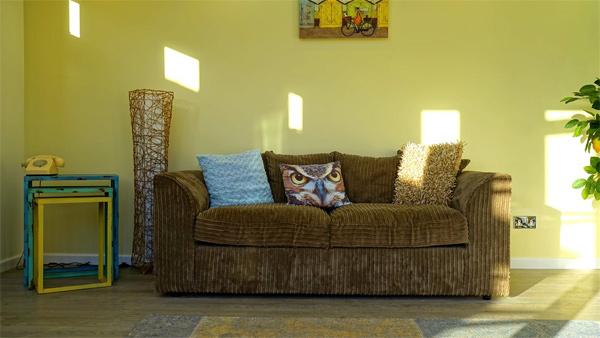 Almofadas decorativas para sofá marrom: 5 Ideias