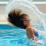 Como tirar proveito de sua piscina mesmo nos dias frios?